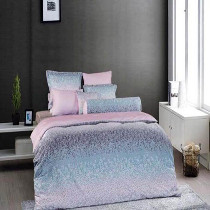 Không rực rỡ chói lòa, cũng không giản dị trầm lắng, sự nhẹ nhàng, hài hòa trong rừng hoa lá nhỏ xinh của EPM19068 sẽ làm cho phòng ngủ của bạn thêm sinh động, ngọt ngào