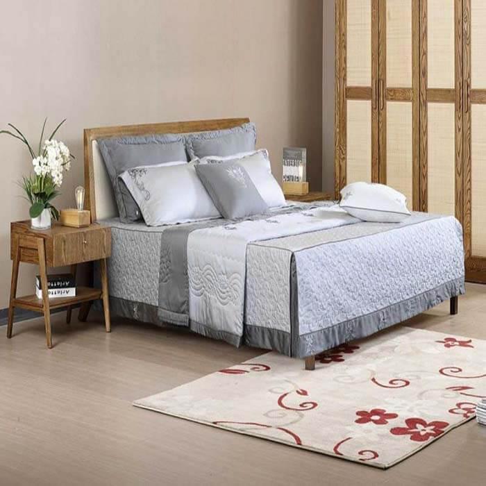 Những họa tiết cổ điển trên nền vải ghi đem đến sự sang trọng tuyệt đối cho căn phòng ngủ của bạn.
