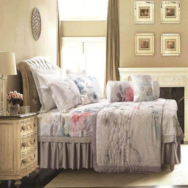 Bộ chăn ga với sắc trắng chủ đạo, những cánh hoa được vẽ bằng màu nước là điểm nhấn cho cả bộ , tổng thể là sự phối hợp màu sắc rât tinh tế, gợi lên sự kiêu kì, đem lại sự sang trọng cho phòng ngủ của bạn.