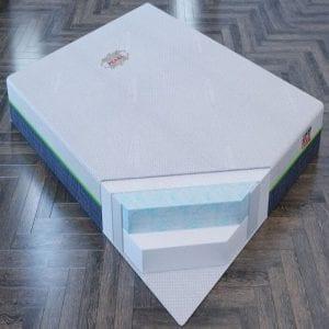 Lớp foam trắng kết hợp với foam gel loang xanh siêu đàn hồi tạo cảm giác êm ái mát lạnh tuyệt vời cho người nằm